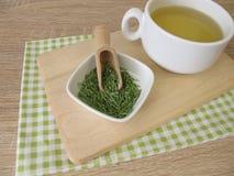 Tee mit getrocknetem Ackerschachtelhalm Lizenzfreies Stockfoto
