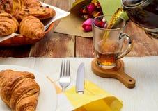 Tee mit Hörnchen, Tee in einer Glasschale, Lizenzfreie Stockbilder