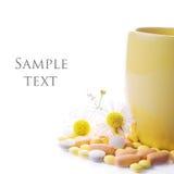 Tee mit Kamille und Pillen Stockbilder
