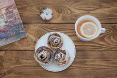 Tee mit Keksen auf einem alten Holztisch Stockfotos