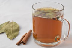 Tee mit Kiefernnüssen und -zimt lizenzfreies stockfoto