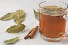 Tee mit Kiefernnüssen und -zimt stockfoto