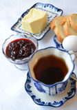 Tee mit Kirschmarmelade Lizenzfreie Stockfotos