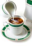 Tee mit Milch stockfoto