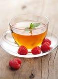 Tee mit Minze und Beere Stockfotos