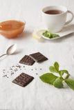 Tee mit Minze und Schokolade Lizenzfreie Stockfotos