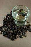 Tee mit Oolong im Glas auf braunem Hintergrund Lizenzfreies Stockbild