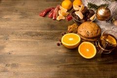Tee mit Orange, Orangen, Daten, Zimt, trocknete popaya, Moosbeeren Stockbilder