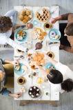 Tee mit Pfannkuchen lizenzfreie stockbilder