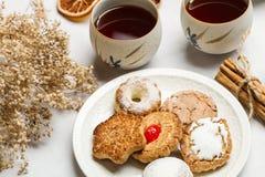Tee mit Plätzchen und trockenen Orangen lizenzfreie stockfotografie