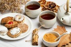 Tee mit Plätzchen und trockenen Orangen Stockfotos