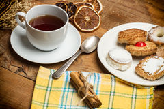 Tee mit Plätzchen und trockenen Orangen Lizenzfreie Stockfotos