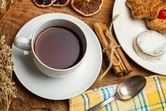 Tee mit Plätzchen und trockenen Orangen Lizenzfreies Stockbild