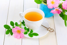 Tee mit rosafarbener Hüfte stockbild