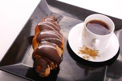Tee mit Schokoladenhörnchen lizenzfreies stockbild