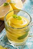 Tee mit tadelloser und ganzer Zitrone in einer transparenten Schale Lizenzfreie Stockfotos