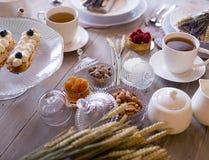 Tee mit weißen Schalen und Kuchen lizenzfreies stockbild