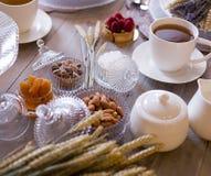 Tee mit weißen Schalen und Kuchen lizenzfreie stockbilder