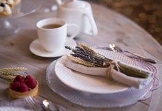 Tee mit weißen Schalen und Kuchen stockfoto