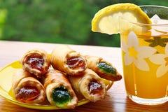 Tee mit Zitrone und Keksen mit Stau Lizenzfreie Stockfotografie