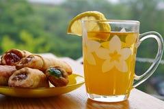 Tee mit Zitrone und Keksen mit Stau Lizenzfreie Stockbilder