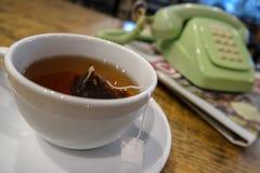 Tee morgens mit einer Zeitung lizenzfreie stockfotografie