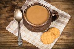 Tee- oder Kaffeetasse mit Milch Stockbild