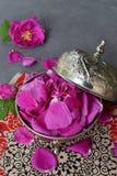 Tee-Rosenblumenblätter in der Metallzuckerschüssel: für Tee Alternativmedizin, Topf-pourri Kopieren Sie Raum für Text Stockfotografie