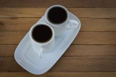 Tee 2 Schale auf einem hölzernen auf dem Tisch Stockfotos