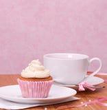 Tee-Schale des kleinen Kuchens und der Frucht Lizenzfreie Stockfotografie