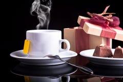 Tee, Schokolade und Geschenk Stockfoto