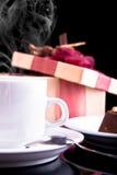 Tee, Schokolade und Geschenk Lizenzfreies Stockfoto