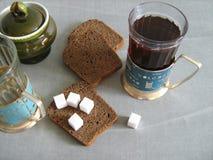 Tee, Schwarzbrot und Zucker lizenzfreies stockbild
