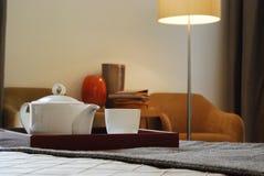 Tee-Set in Raum 5 Stockfotos