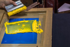 tee-shirt d'impression d'écran dans la conception d'amour avec la couleur jaune Image libre de droits