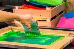 tee-shirt d'impression d'écran dans la conception d'amour avec la couleur verte Photographie stock libre de droits