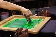 tee-shirt d'impression d'écran dans la conception d'amour avec la couleur verte Image stock