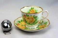 Tee-Tasse und Untertasse 3 Weinlese-Feinen Porzellans Stockfotos