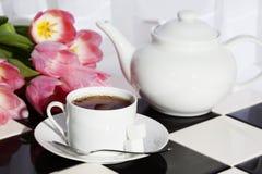 Tee-Teekannen-Tulpen Stockfotografie