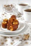 Tee-Trinken: Canele - traditioneller Nachtisch der französischen Küche lizenzfreies stockfoto