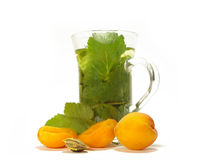 Tee und Aprikosen lizenzfreies stockbild