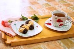 Tee und Biskuite Stockfotografie