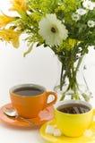 Tee und Blumen Stockfoto