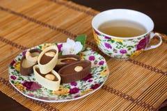 Tee und Bonbons auf Segeltuch Stockfotos