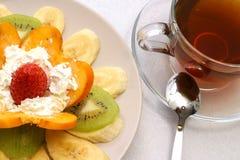 Tee und Früchte Stockbild