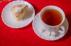 Tee und Gebäck auf einer Platte Stockfoto