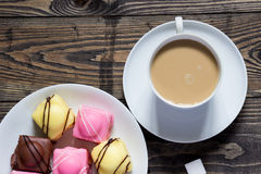 Tee und Köstlichkeiten Lizenzfreie Stockfotografie
