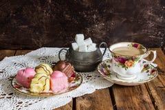 Tee und Köstlichkeiten Stockfotos