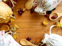 Tee und Kräuter in den Taschen Die Ansicht von der Oberseite Der Hintergrund für die Küche Stockbild