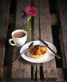 Tee und Kuchen mit Blume stockbild